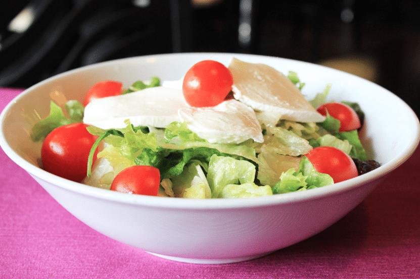 Свежа зелена салата с моцарела и чери доматки