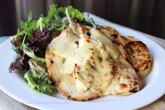 Пилешки пържоли с кашкавал и синьо сирене