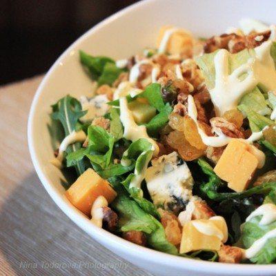 zelena-salata-s-rukola-sinyo-sirene-gauda-i-orehi