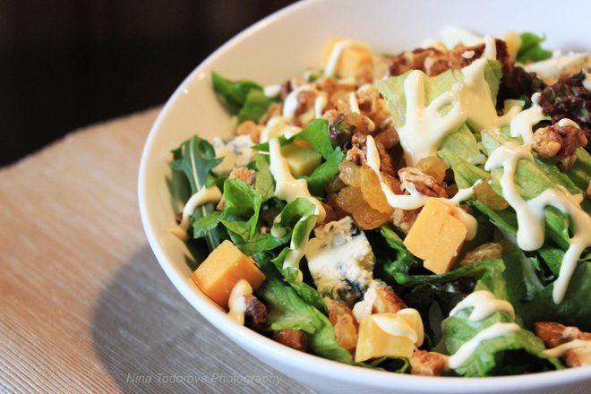Зелена салата с рукола, синьо сирене, гауда и орехи