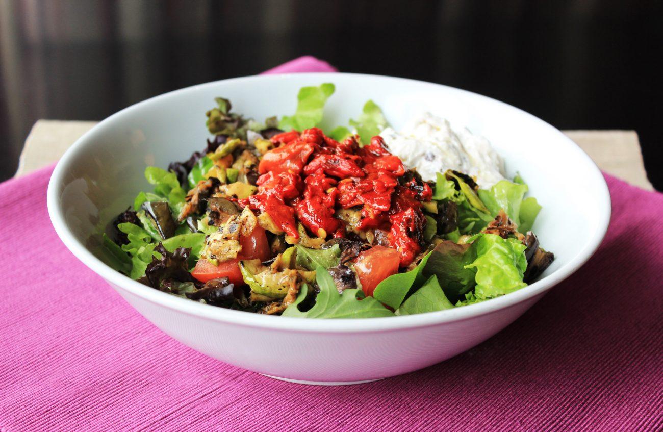 Микс от салати с тиквички, патладжан, червени чушки и цедено кисело мляко