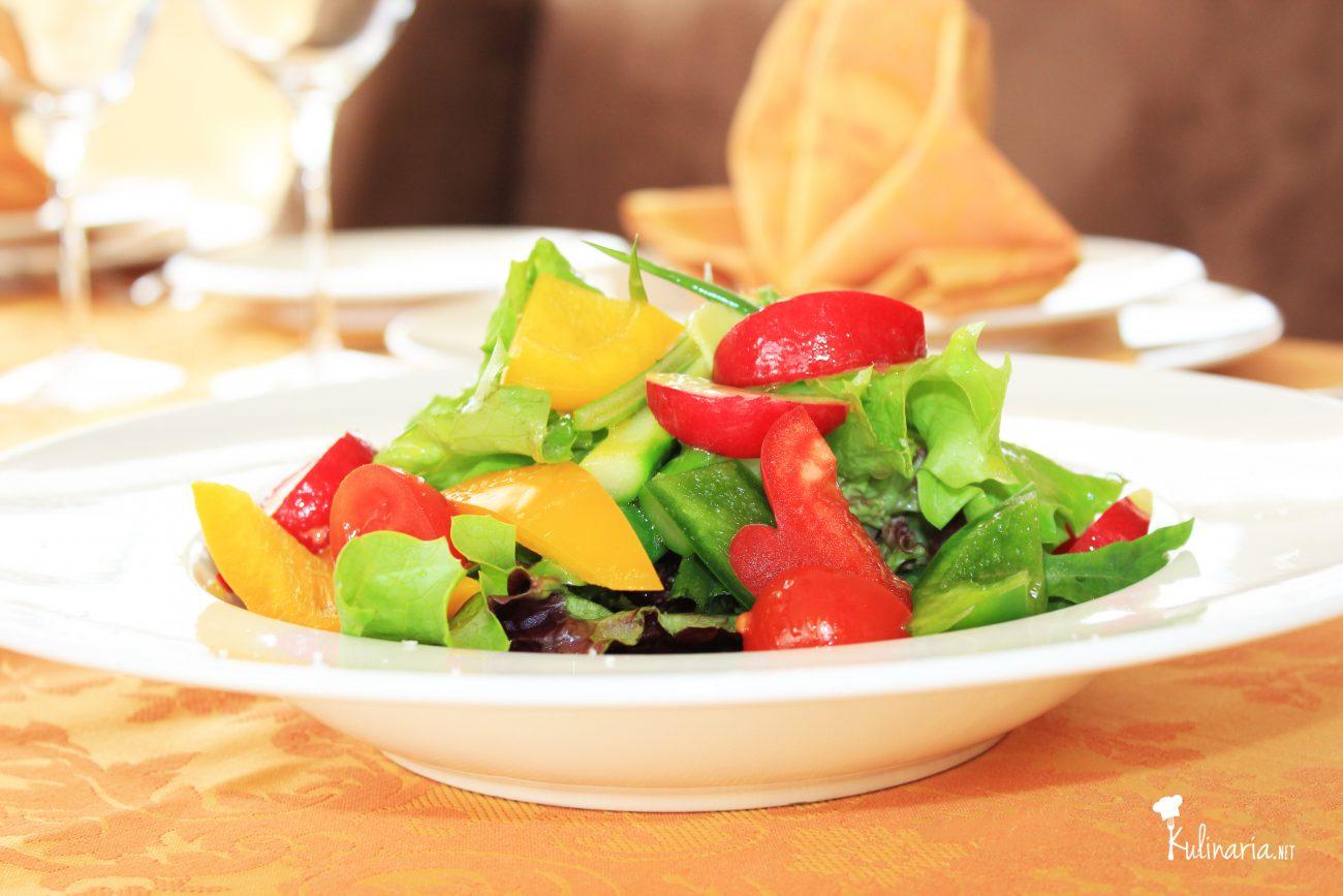 Свежа салата с пролетни зеленчуци, лайм и джинджифил
