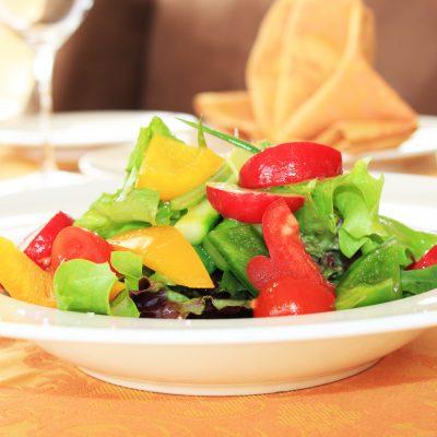 svezha-salata-s-proletni-zelenchutsi-dzhindzhifil-i-lay-s