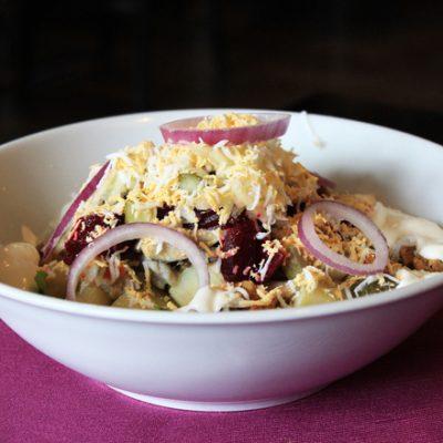 kartofena-salata-s-cherveno-tsveklo-i-kiseli-krastavichki