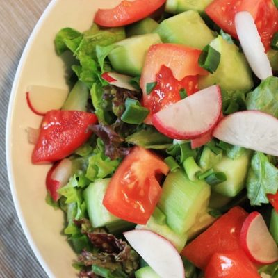 sveja-zelena-salata-s-repichki-i-zelen-luk